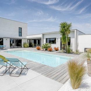 Exemple d'une piscine sur une terrasse en bois arrière moderne de taille moyenne et rectangle.
