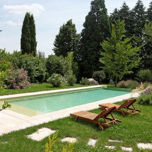 Inspiration pour une piscine à débordement et arrière traditionnelle de taille moyenne et rectangle avec des pavés en pierre naturelle.