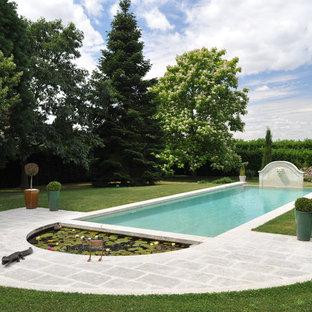 Idées déco pour une piscine naturelle classique de taille moyenne et rectangle avec un point d'eau et des pavés en béton.