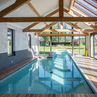 Réalisation d'une piscine minimaliste de taille moyenne.