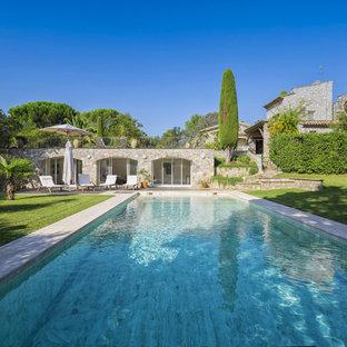 Idées déco pour une grand piscine arrière méditerranéenne rectangle.