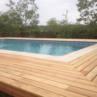 Ejemplo de piscina elevada, moderna, pequeña, rectangular, en patio delantero, con entablado