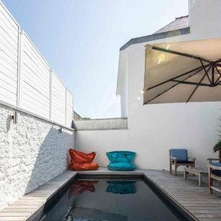 Esempio di una piccola piscina design rettangolare in cortile con pedane