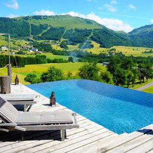 Inspiration pour une piscine sur une terrasse en bois à débordement design rectangle.