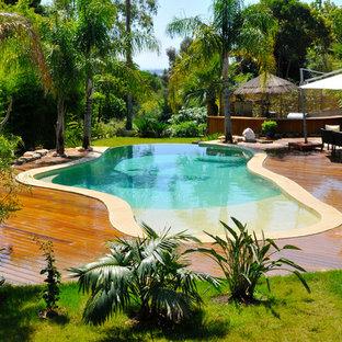 Cette image montre une piscine sur une terrasse en bois ethnique sur mesure.