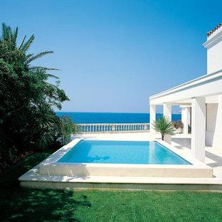 Exemple d'une piscine hors-sol méditerranéenne de taille moyenne et rectangle.