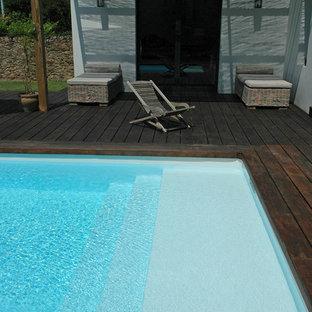 ナントの小さい長方形カントリー風おしゃれな中庭プール (デッキ材舗装) の写真