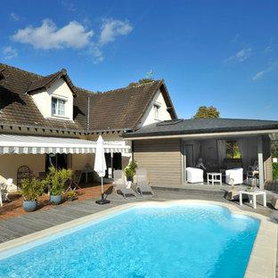 Inspiration pour une piscine sur une terrasse en bois arrière traditionnelle de taille moyenne et sur mesure.