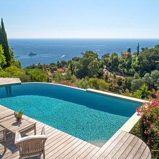 Réalisation d'une piscine sur une terrasse en bois à débordement méditerranéenne sur mesure.