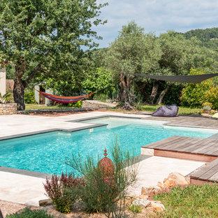 Inspiration pour un couloir de nage arrière méditerranéen sur mesure avec une dalle de béton.