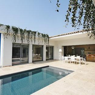 Idées déco pour un couloir de nage moderne de taille moyenne et rectangle avec une cour et des pavés en pierre naturelle.