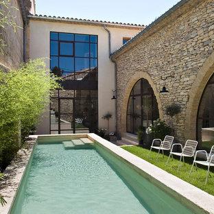 Réalisation d'un couloir de nage design de taille moyenne et rectangle avec une cour et des pavés en pierre naturelle.