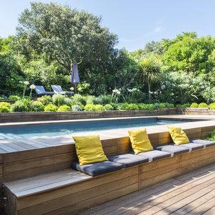 Exemple d'une grand piscine arrière tendance.