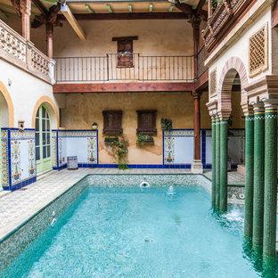 Exemple d'une piscine méditerranéenne rectangle avec une cour.