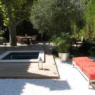 Idée de décoration pour une petite piscine sur une terrasse en bois hors-sol nordique sur mesure avec un bain bouillonnant.