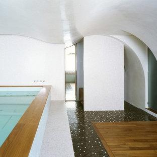 Idée de décoration pour une piscine intérieure design de taille moyenne et rectangle avec du carrelage.