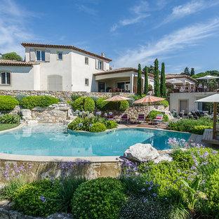 Inspiration pour une piscine arrière méditerranéenne de taille moyenne et sur mesure.