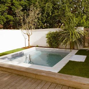 Ejemplo de piscina actual, pequeña, a medida, en patio trasero, con entablado