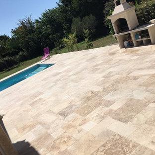 Diseño de piscina actual, en forma de L, en patio trasero