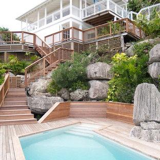 Idée de décoration pour une grand piscine arrière marine.
