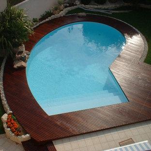 Immagine di una piscina costiera con pedane