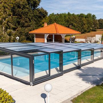 Un abri de piscine mi-haut qui repousse les limites de l'espace