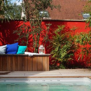Cette photo montre une piscine sur une terrasse en bois arrière tendance de taille moyenne.