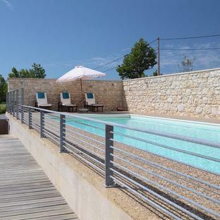 Cette photo montre un grand couloir de nage tendance rectangle.