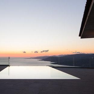 Réalisation de grands abris de piscine et pool houses marins rectangles avec une dalle de béton.