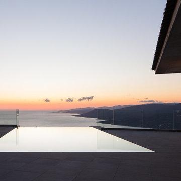 Une piscine vue sur la mer