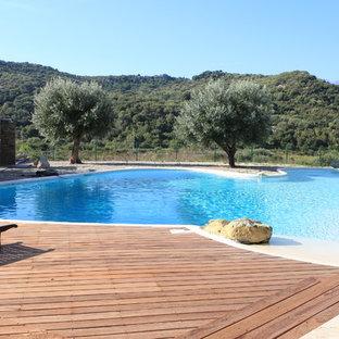 Cette photo montre une grand piscine sur une terrasse en bois arrière méditerranéenne sur mesure.