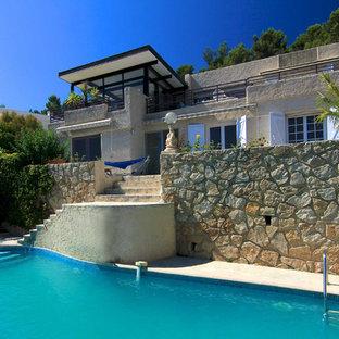 Idées déco pour une grande piscine à débordement campagne sur mesure avec des pavés en pierre naturelle.