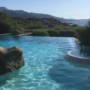 Diseño de piscinas y jacuzzis infinitos, costeros, grandes, a medida, en patio delantero, con entablado
