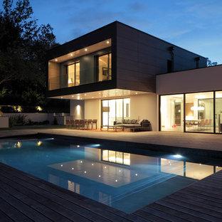 Idée de décoration pour une piscine sur une terrasse en bois arrière design rectangle.
