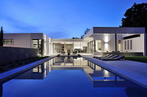 Contemporary Swimming Pool by Laurent Guillaud-Lozanne Architecte DPLG