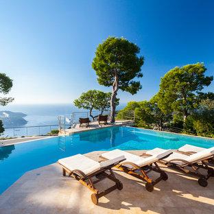 Inspiration pour une très grande piscine à débordement méditerranéenne sur mesure.
