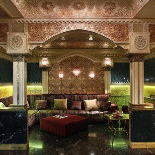Aménagement d'un grand sous-sol éclectique avec un mur multicolore, un sol en marbre et un sol noir.