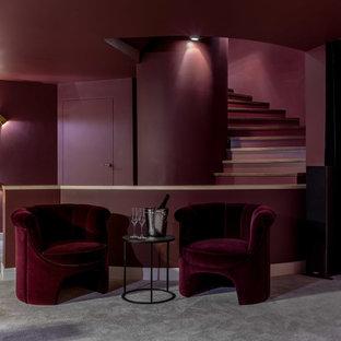 Пример оригинального дизайна: подвал в современном стиле с красными стенами, ковровым покрытием и серым полом