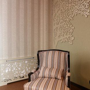 Inspiration pour un sous-sol traditionnel de taille moyenne et semi-enterré avec salle de jeu, un mur vert, un sol en liège, un sol marron, un plafond en poutres apparentes et du papier peint.