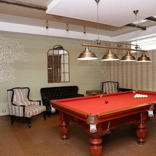 Cette image montre un sous-sol traditionnel de taille moyenne et semi-enterré avec salle de jeu, un mur vert, un sol en liège, un sol marron, un plafond en poutres apparentes et du papier peint.