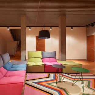 Удачное сочетание для дизайна помещения: подземный, большой подвал в современном стиле с белыми стенами, паркетным полом среднего тона и коричневым полом без камина - самое интересное для вас