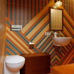 Idées déco pour un petit sous-sol asiatique enterré avec un mur multicolore, un sol en carrelage de céramique et un sol orange.
