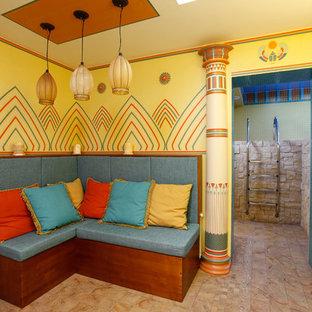 Inspiration pour un petit sous-sol enterré avec un mur multicolore, un sol en carrelage de céramique et un sol multicolore.