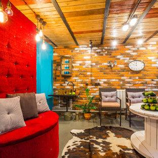 Idée de décoration pour un sous-sol bohème enterré et de taille moyenne avec un mur multicolore et un sol en vinyl.