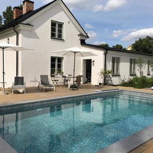 Imagen de piscina elevada, escandinava, de tamaño medio, rectangular, en patio trasero, con entablado