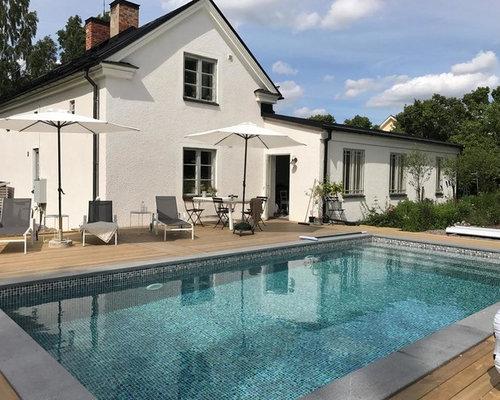 oberirdischer mittelgroer nordischer pool hinter dem haus in rechteckiger form mit dielen in stockholm - Hinterhof Mit Pooldesignideen