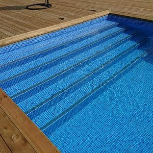 Réalisation d'une piscine sur une terrasse en bois arrière nordique de taille moyenne et sur mesure.