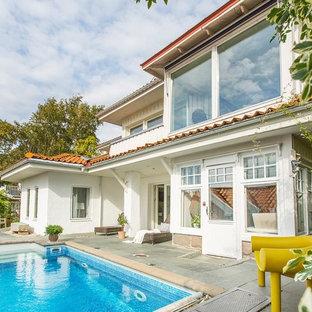 Modelo de casa de la piscina y piscina escandinava, grande, rectangular, en patio delantero