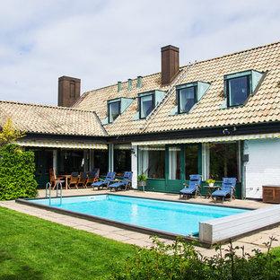 Diseño de piscina escandinava, de tamaño medio, rectangular, en patio trasero, con adoquines de hormigón