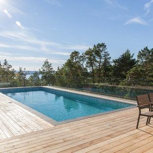 Foto de piscina nórdica, grande, rectangular, con entablado